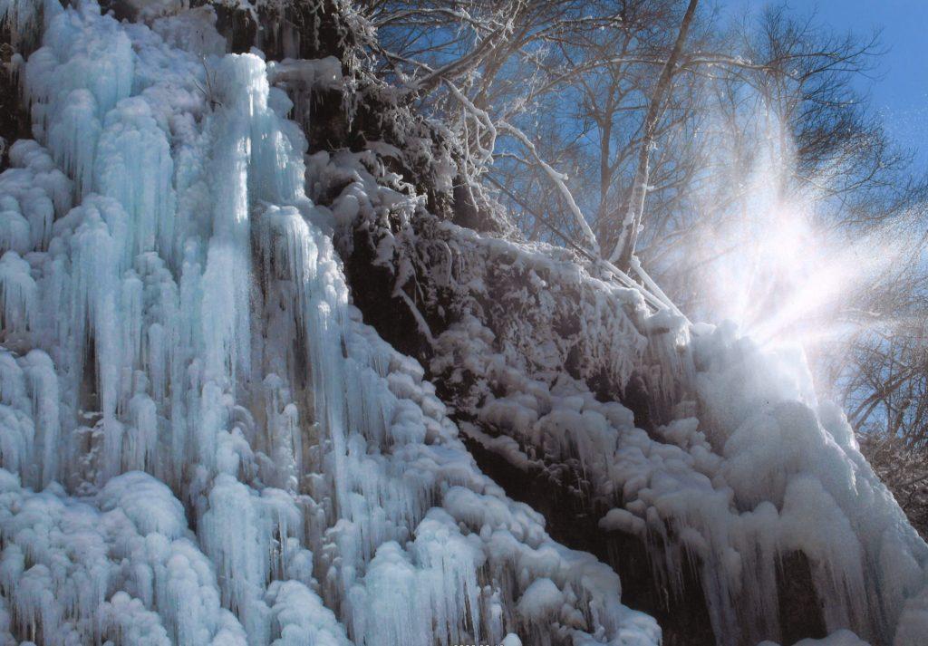 「氷と青空と水光る」 岡田則子 飛騨市
